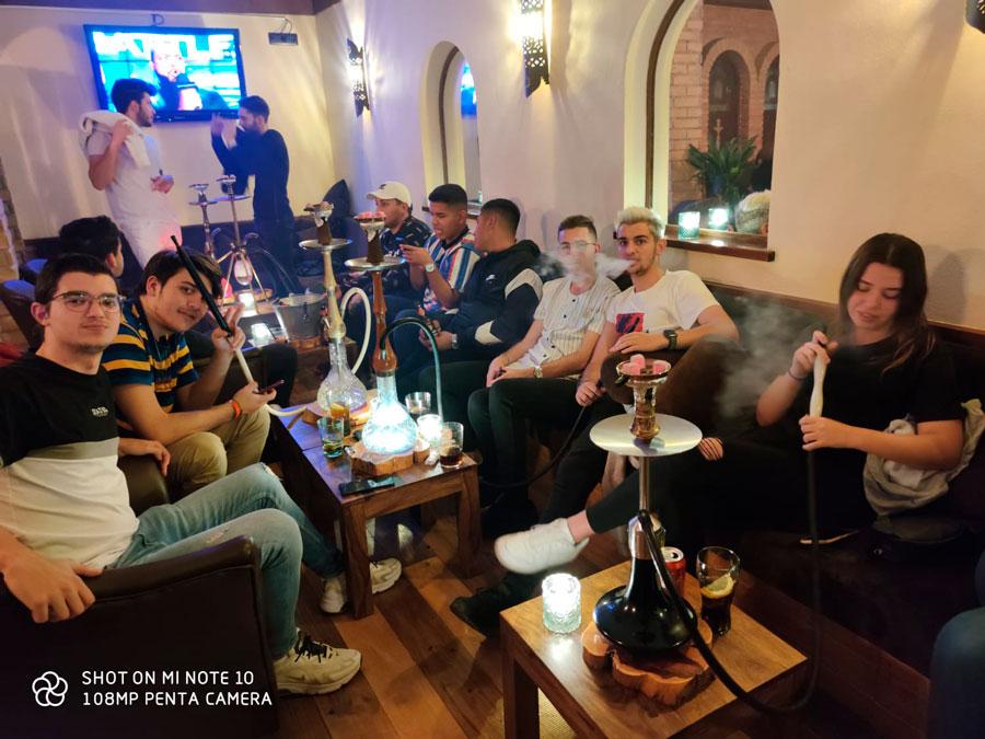 Fumando en shisha o cachimba en Ibiza. Clientes en la tetería Wooden Shisha Lounge de Ibiza