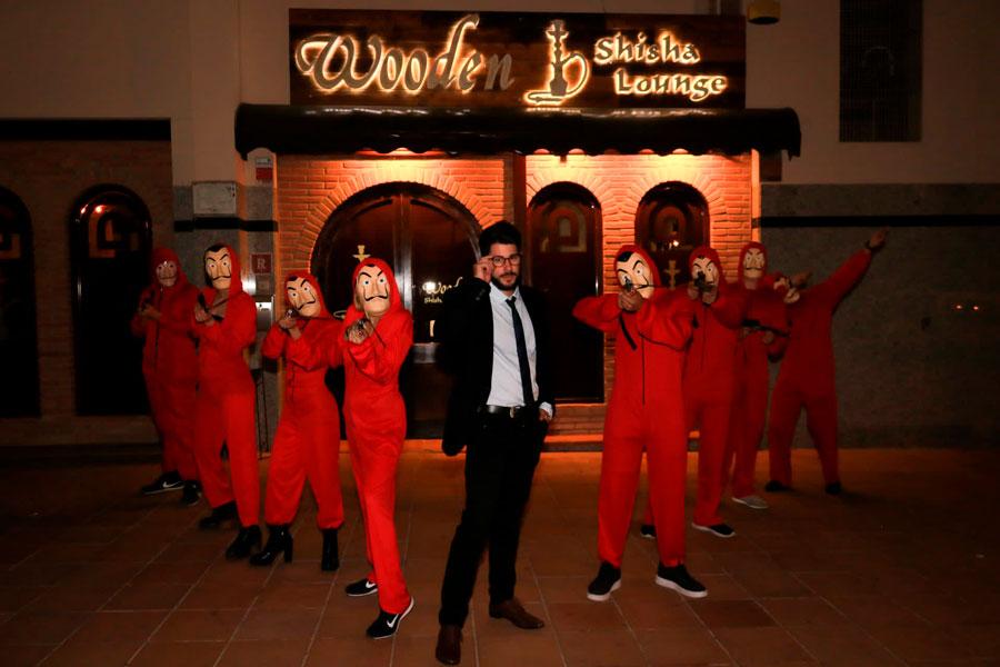 Halloween fumando en shisha o cachimba en Ibiza. Clientes en la tetería Wooden Shisha Lounge Ibiza.