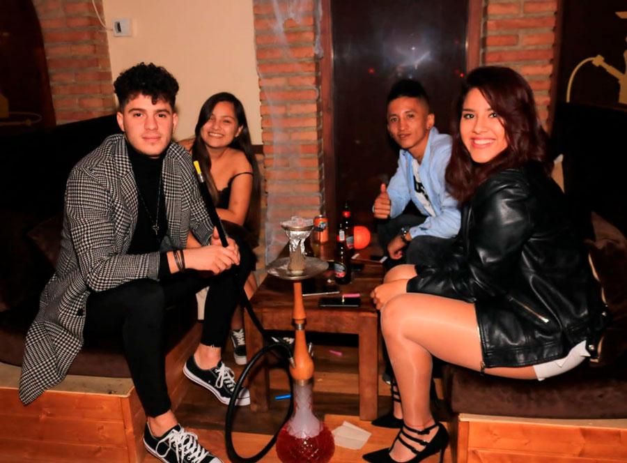Fumando en shisha o cachimba en Ibiza. Clientes en la tetería Wooden Shisha Lounge Ibiza.