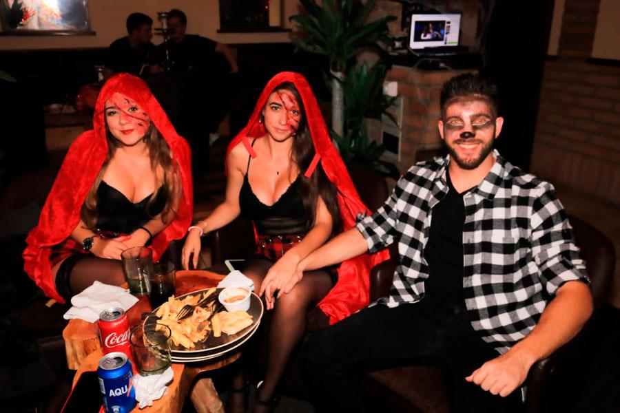 Halloween fumando en shisha o cachimba en Wooden Shisha Lounge Ibiza, tetería en Ibiza