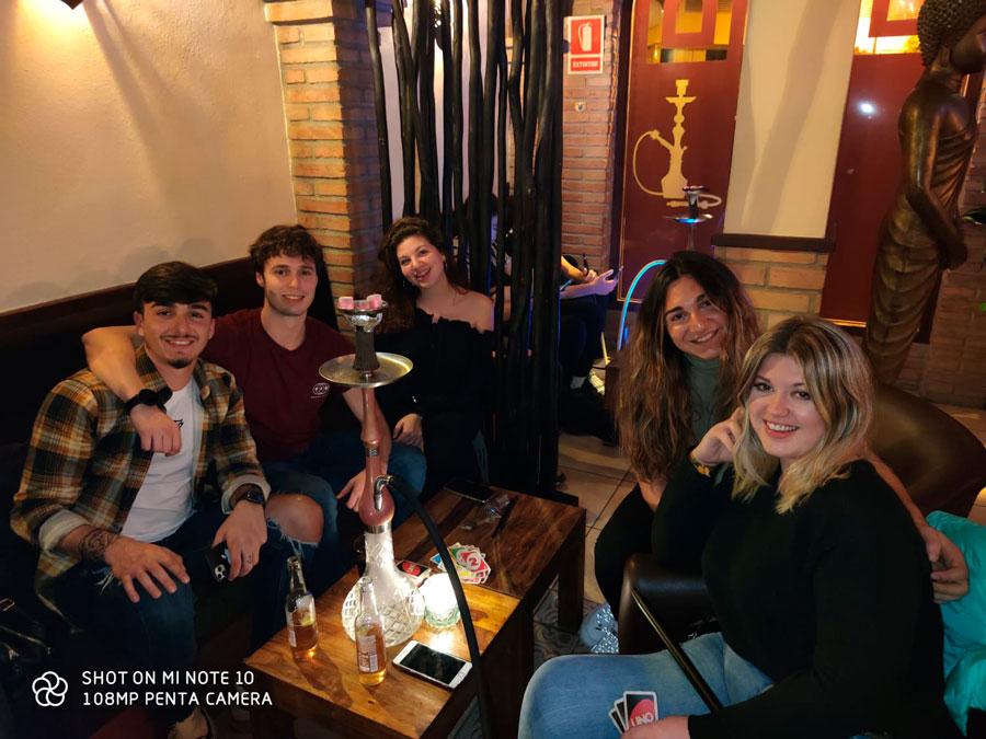 Fumando en shisha o cachimba en Ibiza. Wooden Shisha Lounge Ibiza, tetería en Ibiza